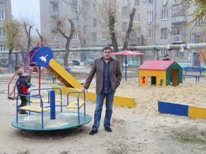 Наотпускные выплаты депутат областной Думы построил детскую площадку